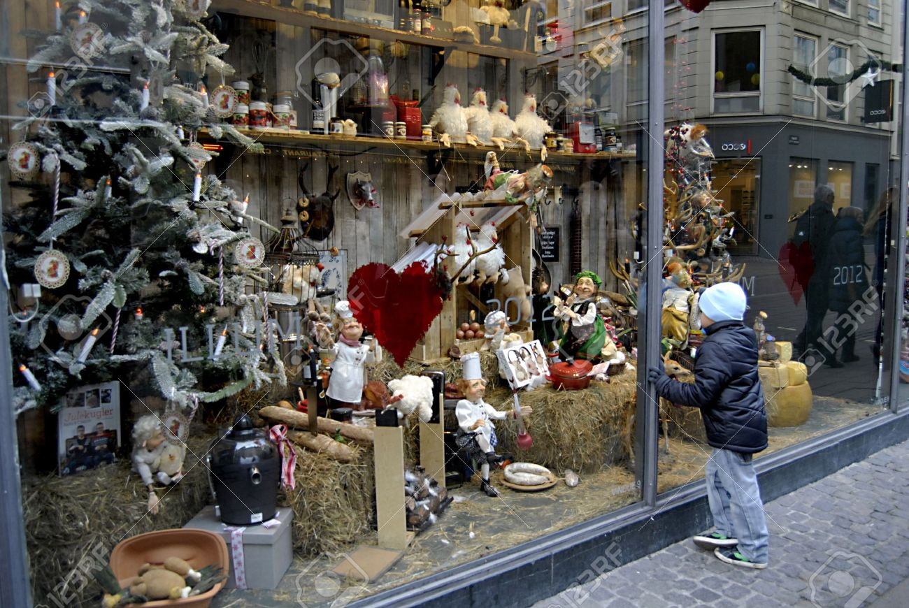 small chidlren looking at christmas decorations at illum department store window 24