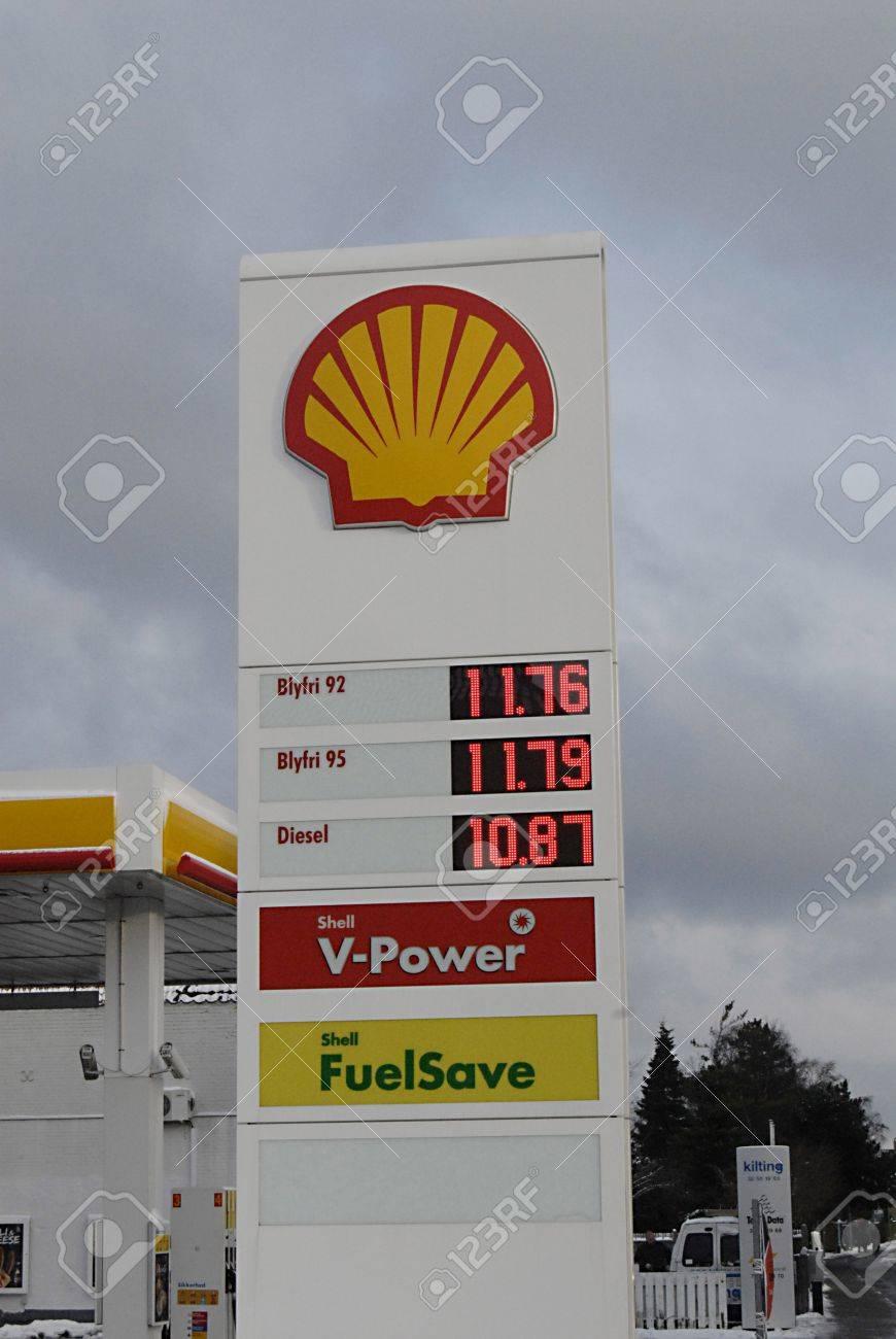 KASTRUP/COPENHAGEN/DENMARK _ Shell gasoline station and chilie cheese  banner 11 Dec.