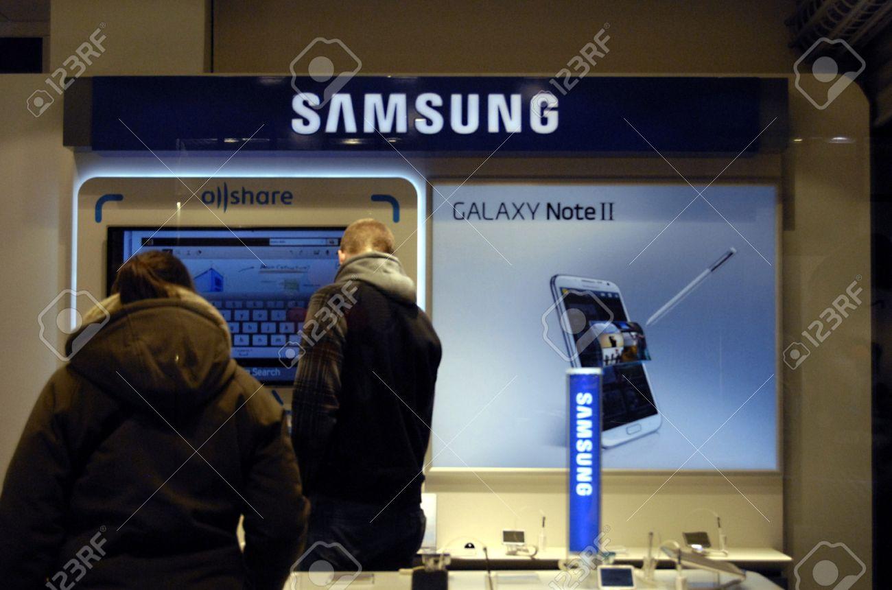 Copenhagen / Denmark.Consumer inspecting Samsung Galaxy Note II in danish hIFI store 1 Febr uary 2013       Stock Photo - 17713431