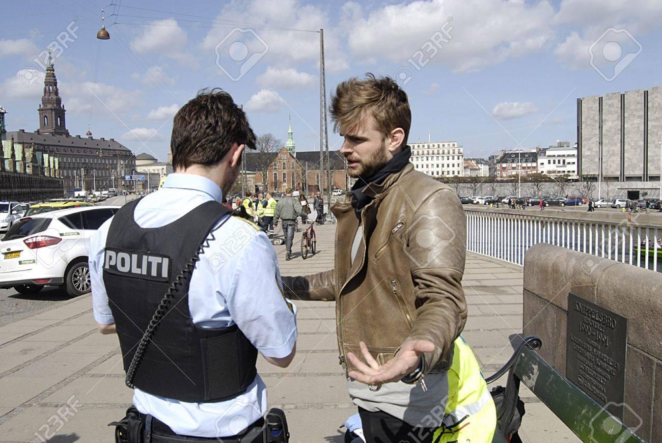 Copenhague / Denmark._Police Habla Con Ojo Testigo Accidente De ...