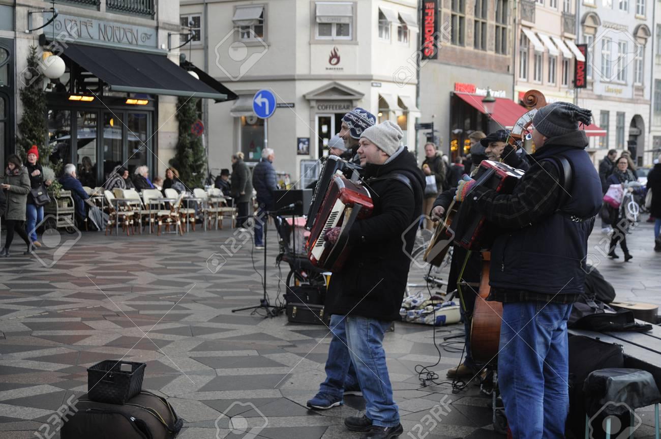 Kopenhagen / Denmark_ 04.December 2016_ Straßenmusiker Weihnachts ...