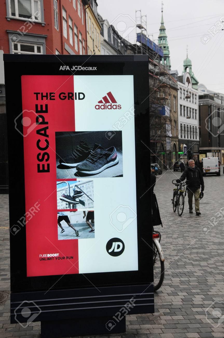 Panneau Mars Sur De Avec Billboard Danemark07 Adidas Le 2017 Chaussures Grille Kobmagergade Échappez Copenhague y0N8wOnvm