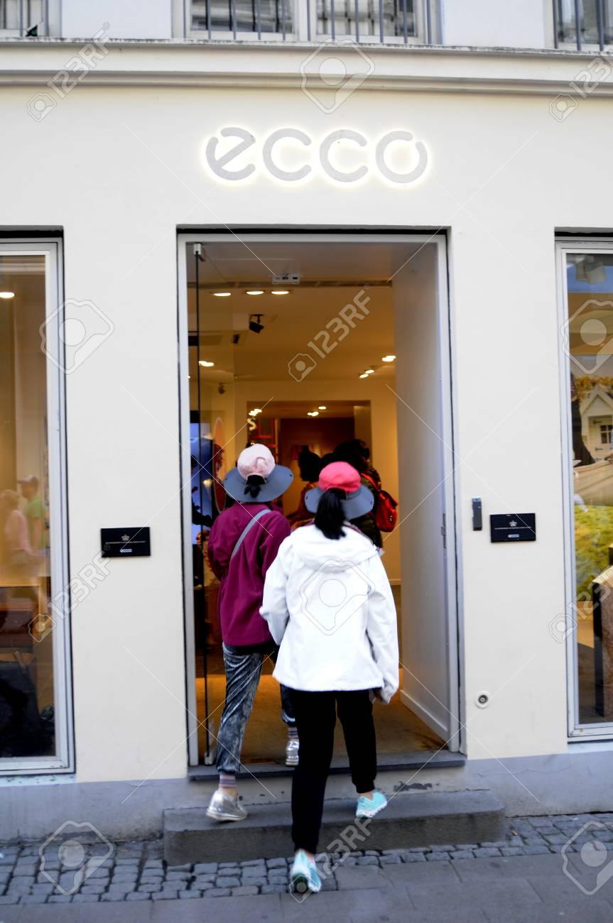 suche nach dem besten kauf verkauf exklusive Schuhe Copenhagen /Denmark - 13.August. 2017- 60% sale and .Asian consumer..