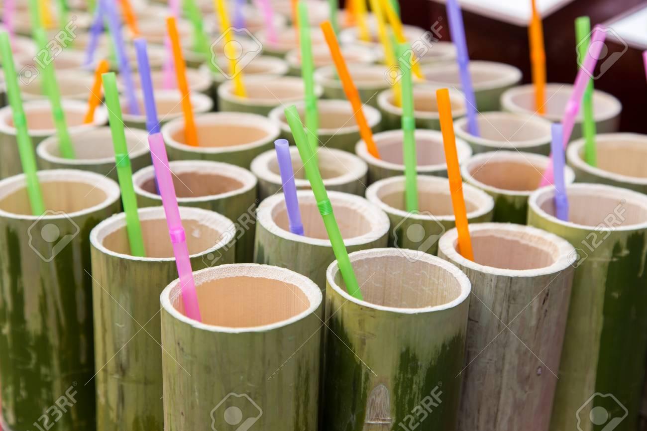 Cannucce Di Bamb.Tubo Di Bambu E Cannucce Di Plastica Colorate All Interno