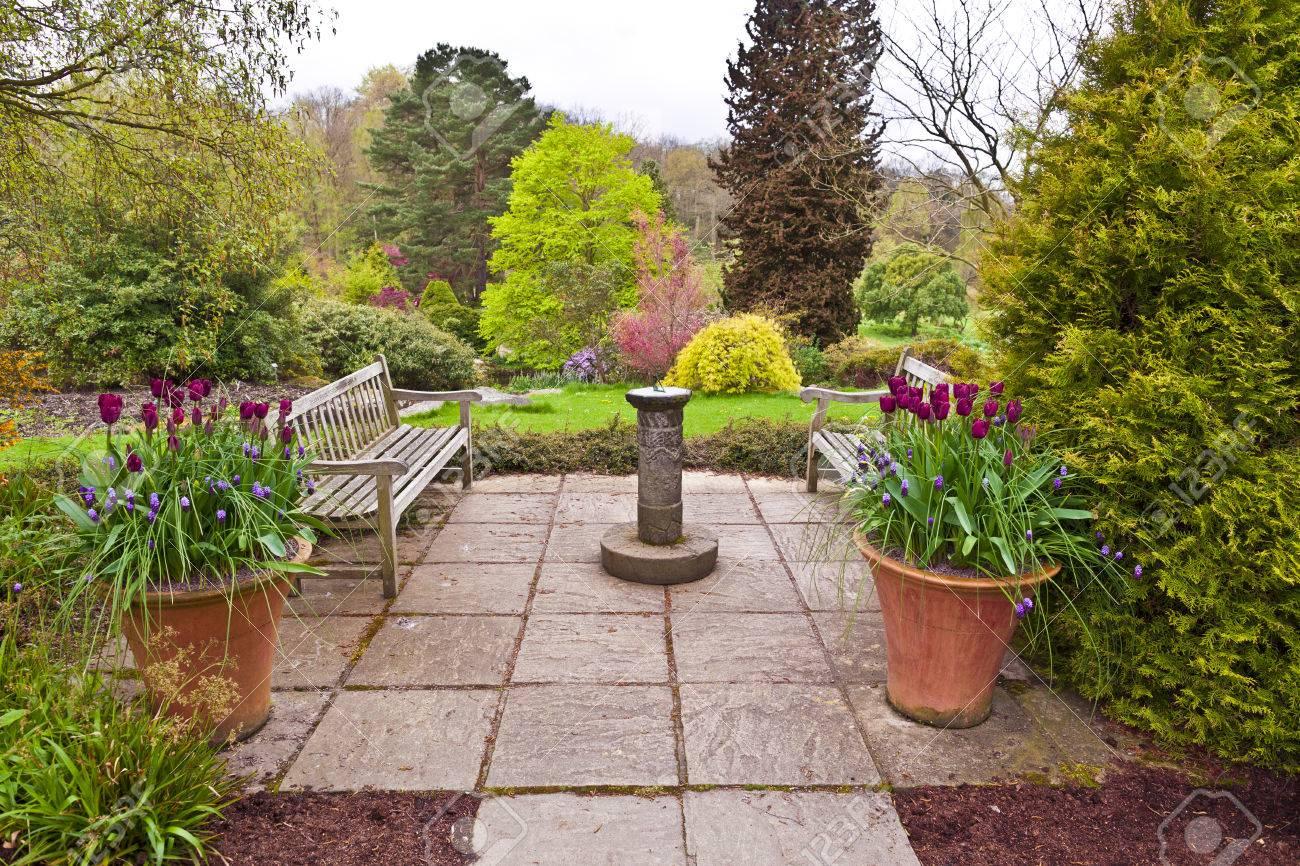 Englisch Gekennzeichnet Garten Mit Sonnenuhr Und Tulpen In
