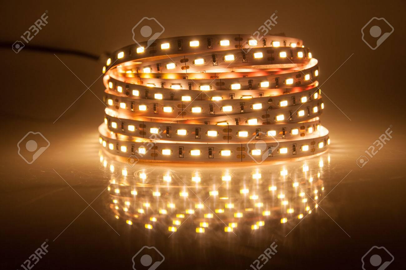 Glühende LED Lichterkette, Streifen Standard Bild   28033410