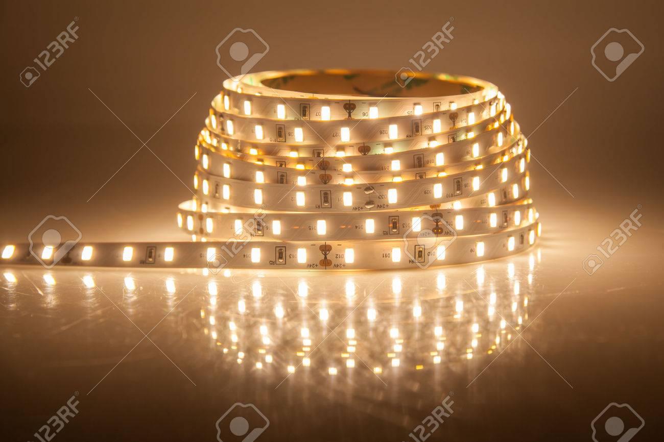Glühende LED Lichterkette, Streifen Standard Bild   33094326