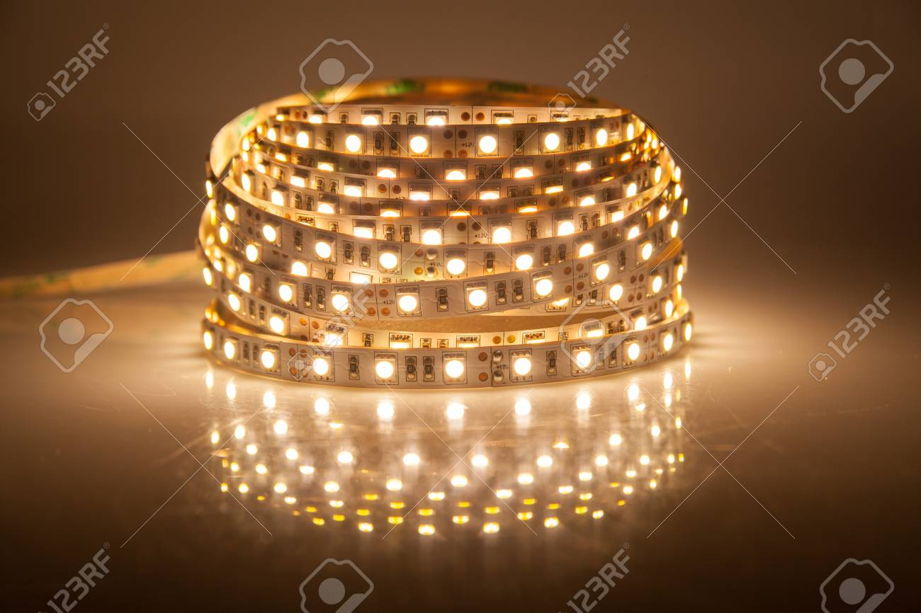 Glühende LED Lichterkette, Streifen Standard Bild   33987030
