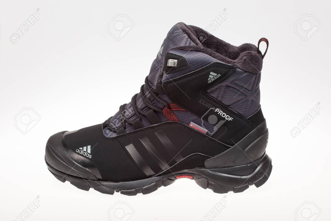 Varna, Bulgarie 25 octobre 2016: chaussure d'hiver ADIDAS. Produit tiré Adidas est une société allemande qui conçoit et fabrique des chaussures de