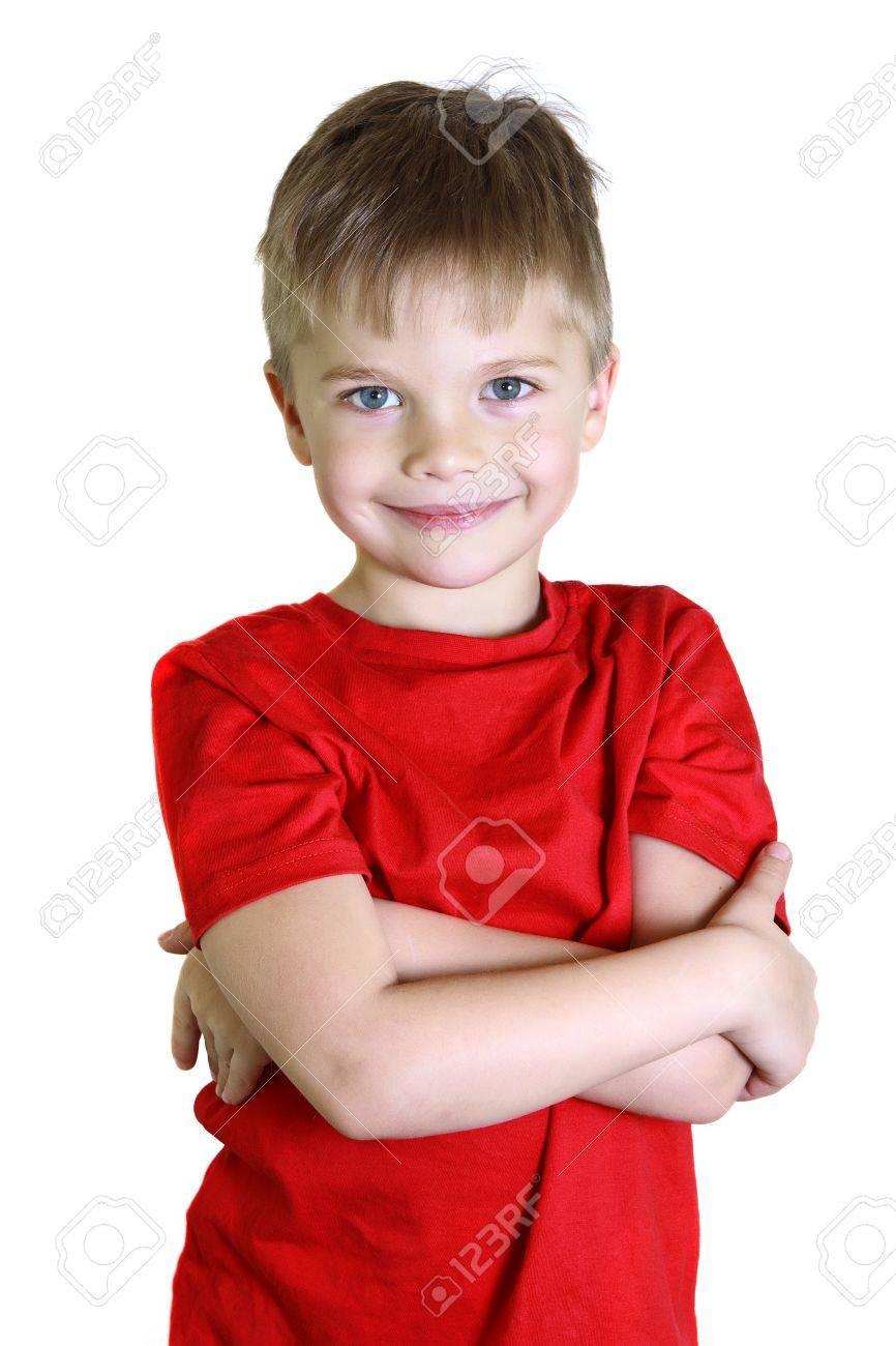 Niño De Cinco Años En La Camisa Roja. El Niño Está En El Marco De La ...