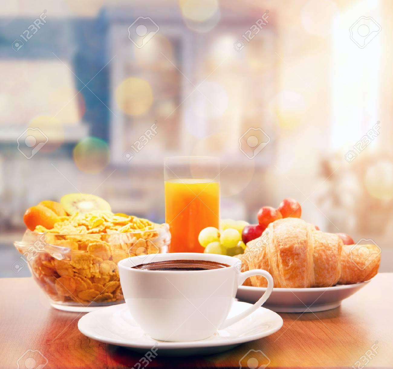 Desayuno Saludable Con Café En La Mañana De Sol Fotos Retratos Imágenes Y Fotografía De Archivo Libres De Derecho Image 46568919
