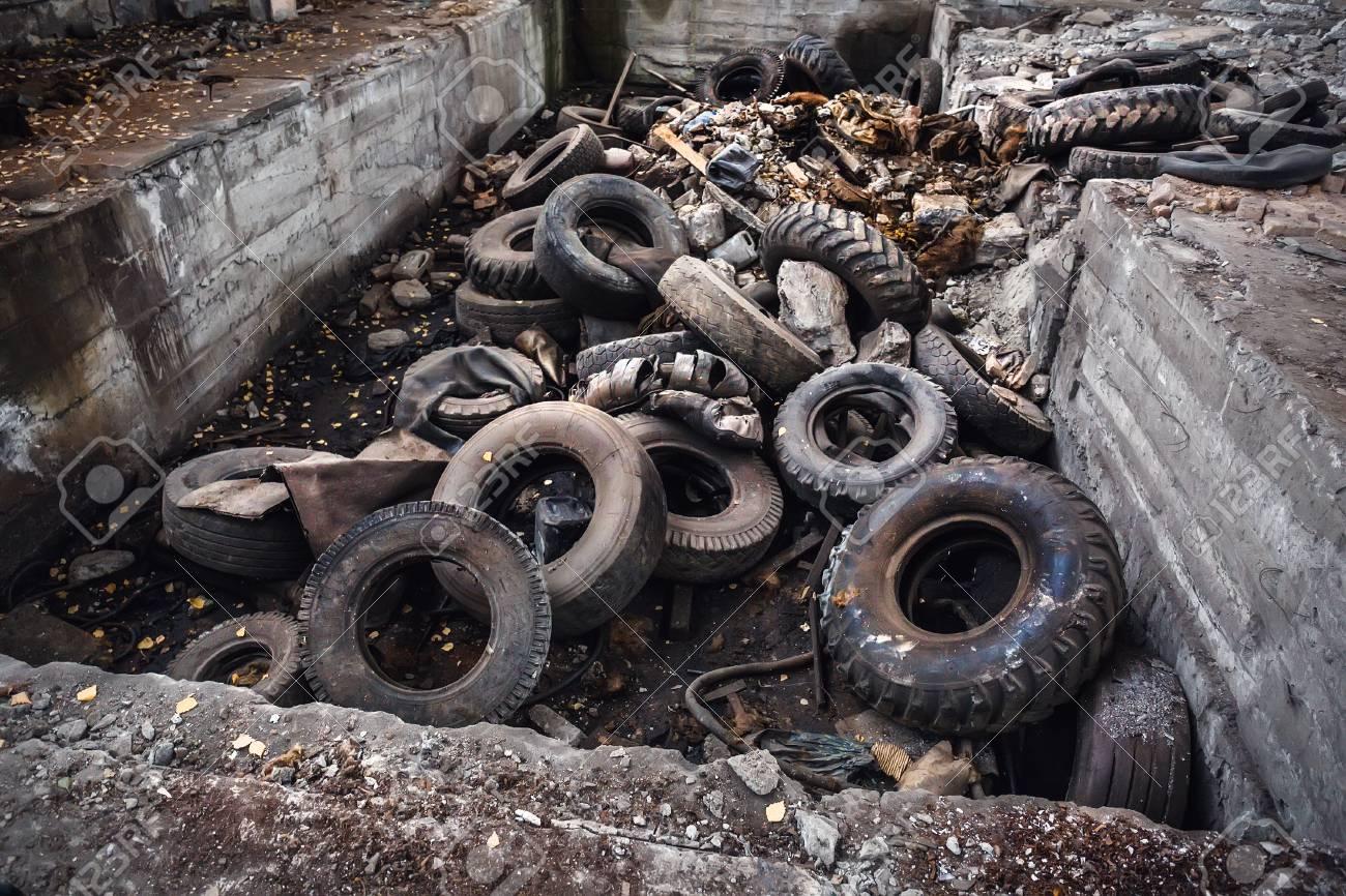 Industriele Wielen Oud.Hoop Van Oude Auto Ongewenste Banden Gebruikte Vrachtwagen