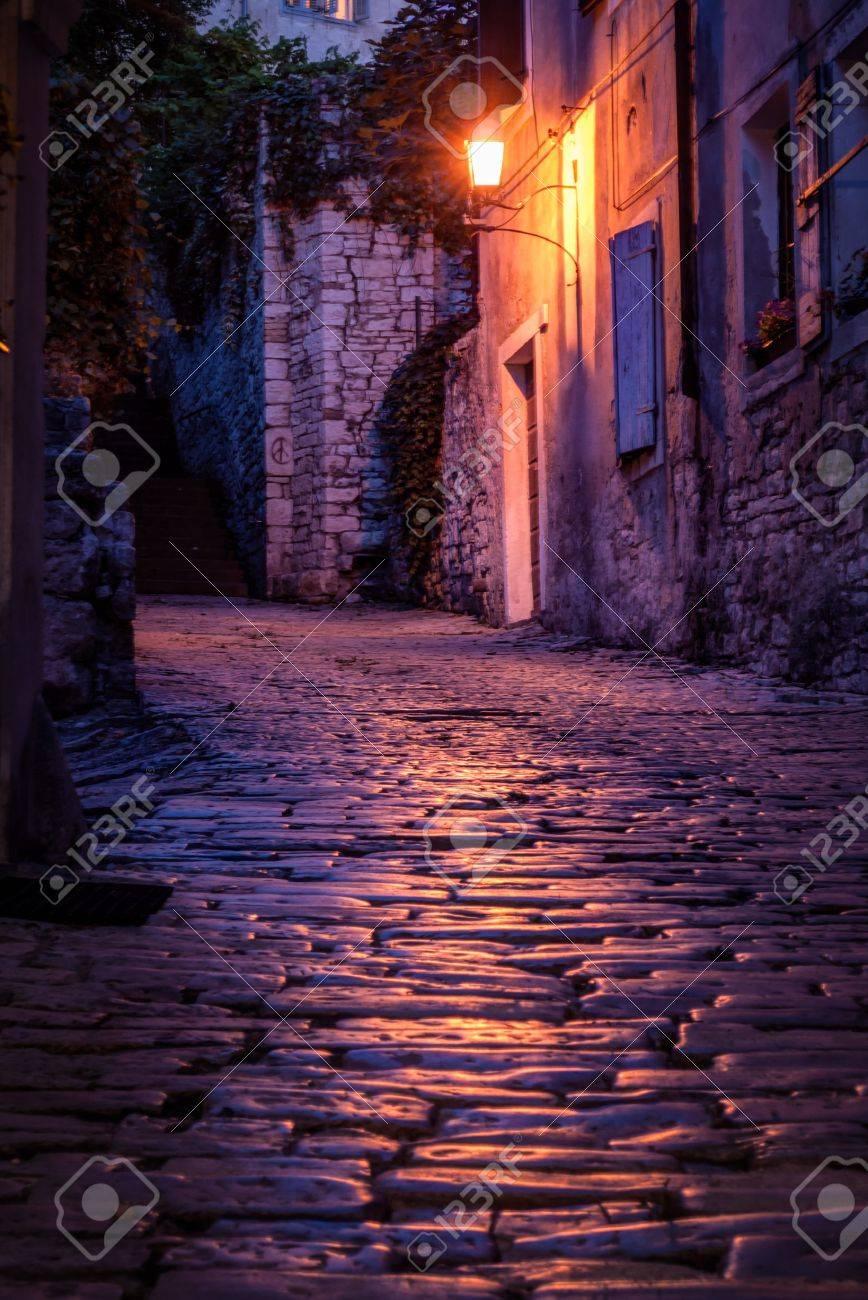Vieille Rue Pavee A La Nuit Pula Croatie Banque D Images Et Photos