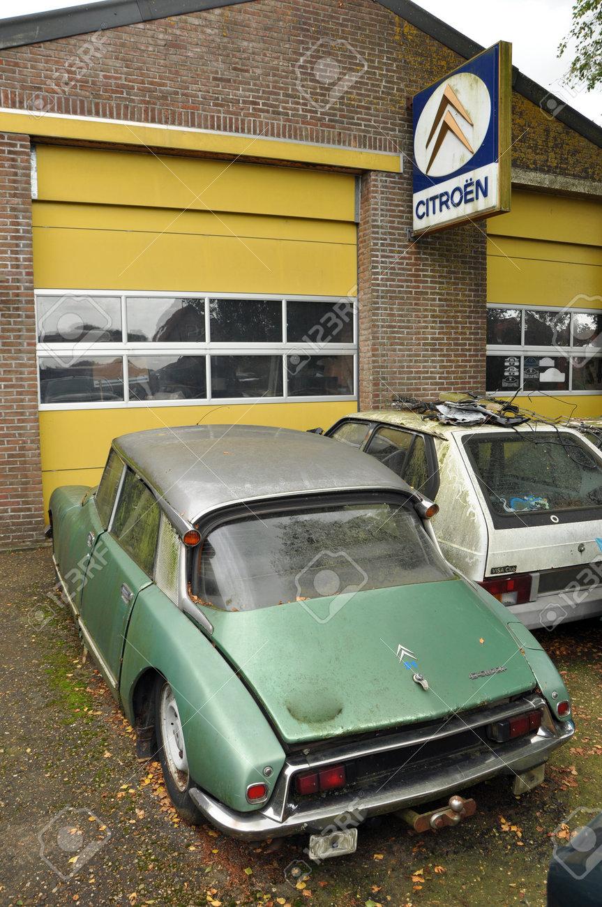 Oldtimer Citro N Ds In Front Of A Garage Citroen Dealership Stock