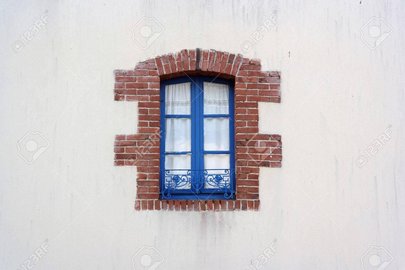 Marco De Ventana De Metal Azul Bordeado De Ladrillos En Blanco Casa ...