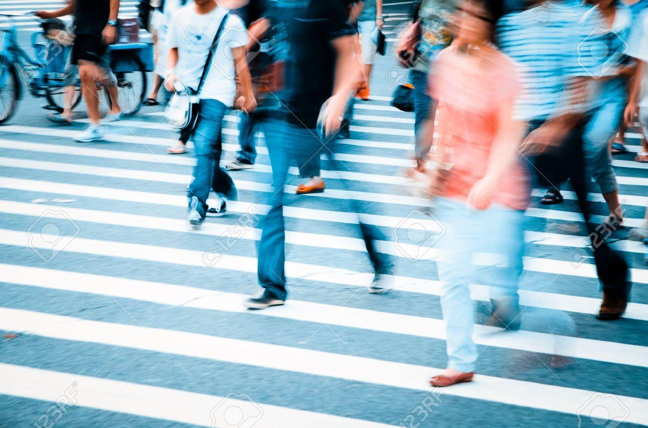 Menschen Zu Fuß Auf Große Stadtstraße, Bewegungsunschärfe ...