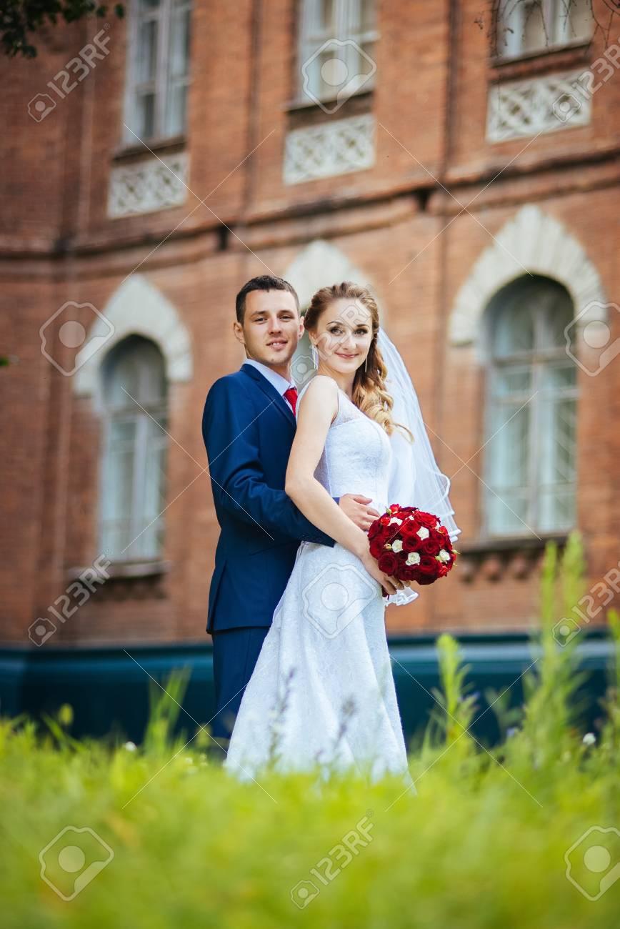Schöne Hochzeit Gehen Auf Natur Ukraine Sumy Lizenzfreie Fotos ...