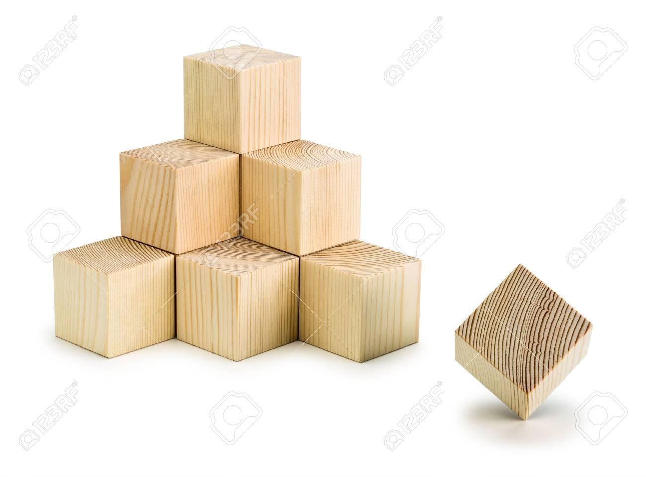 Cubi In Legno.Piramide Combinata Da Dieci Cubi Di Legno E Un Cubo Separato E Isolato Su Bianco