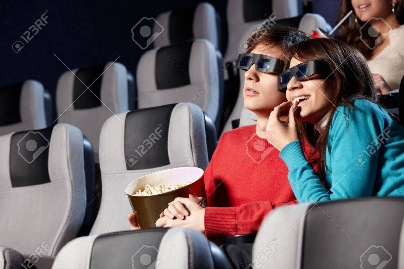 The couple with pop-corn looks cinema in 3d Stock Photo - 6439790