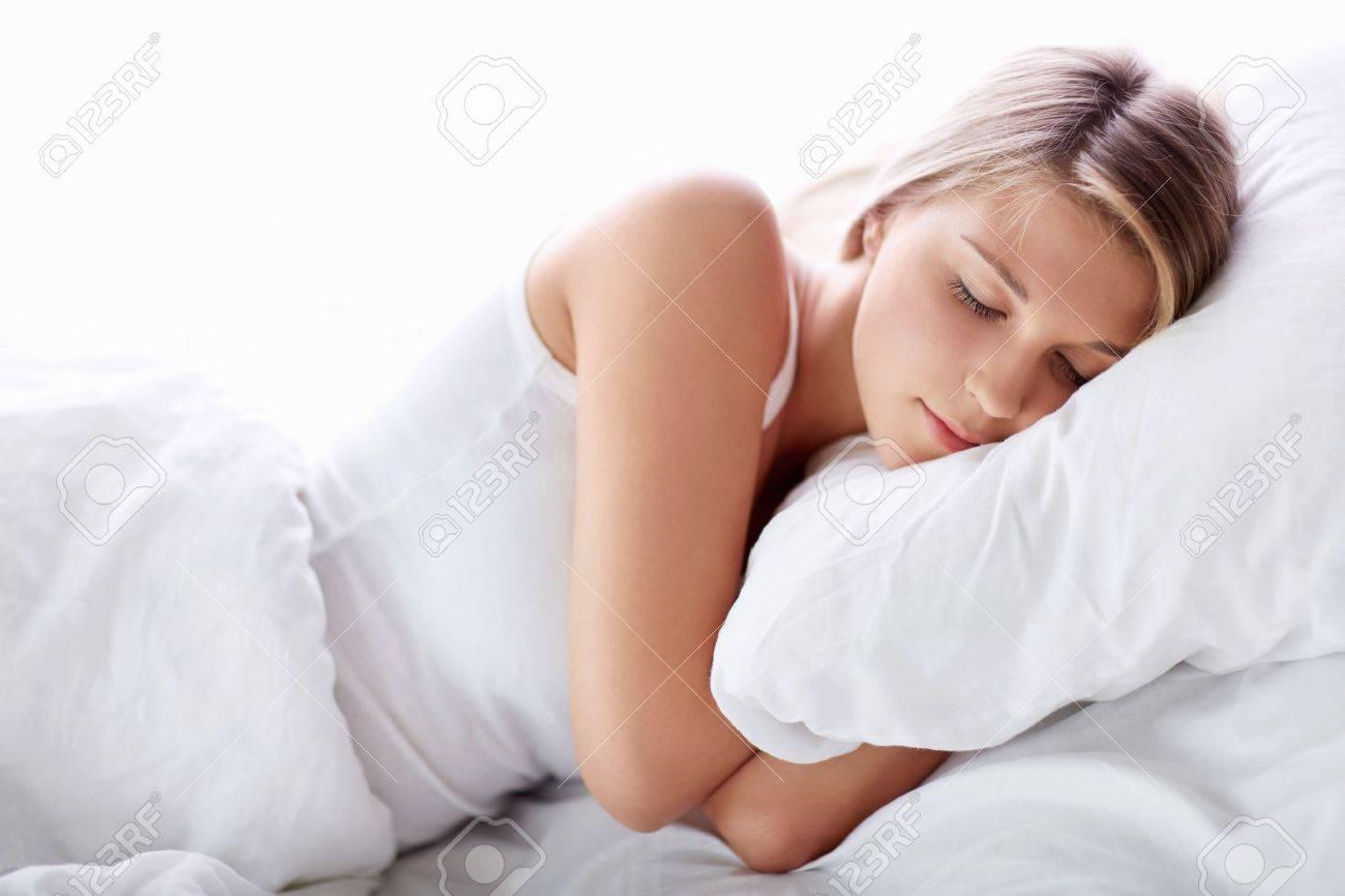 Фотографии спящих девушек в постели фото 691-931