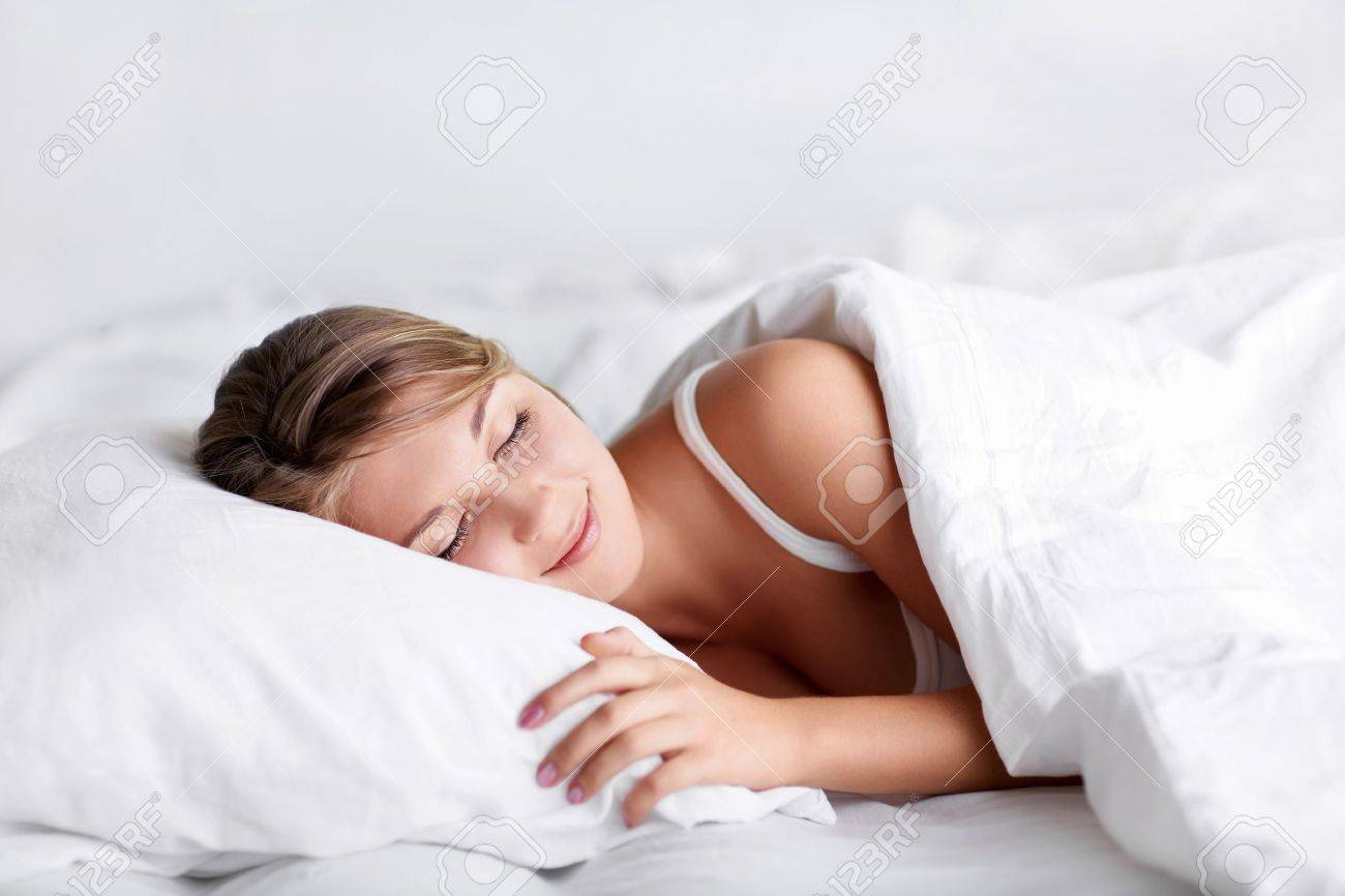 Спящая молодая девушка 19 фотография