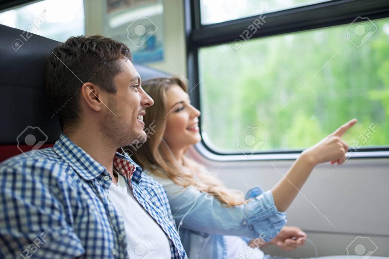 電車の中の若いカップル ロイヤリティーフリーフォト、ピクチャー、画像