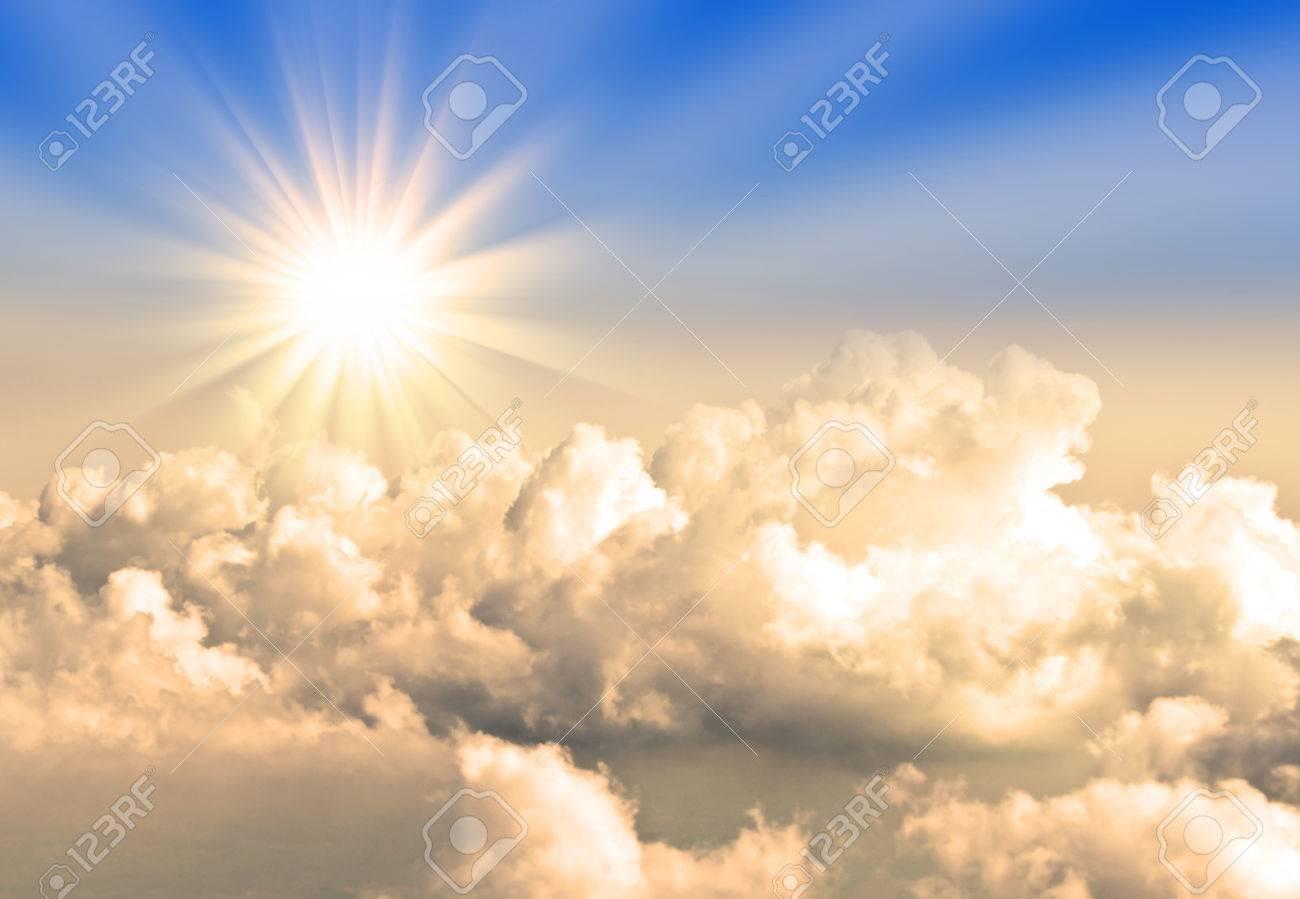 雲上を飛行中に太陽の黄色のライト の写真素材・画像素材 Image 31269700.