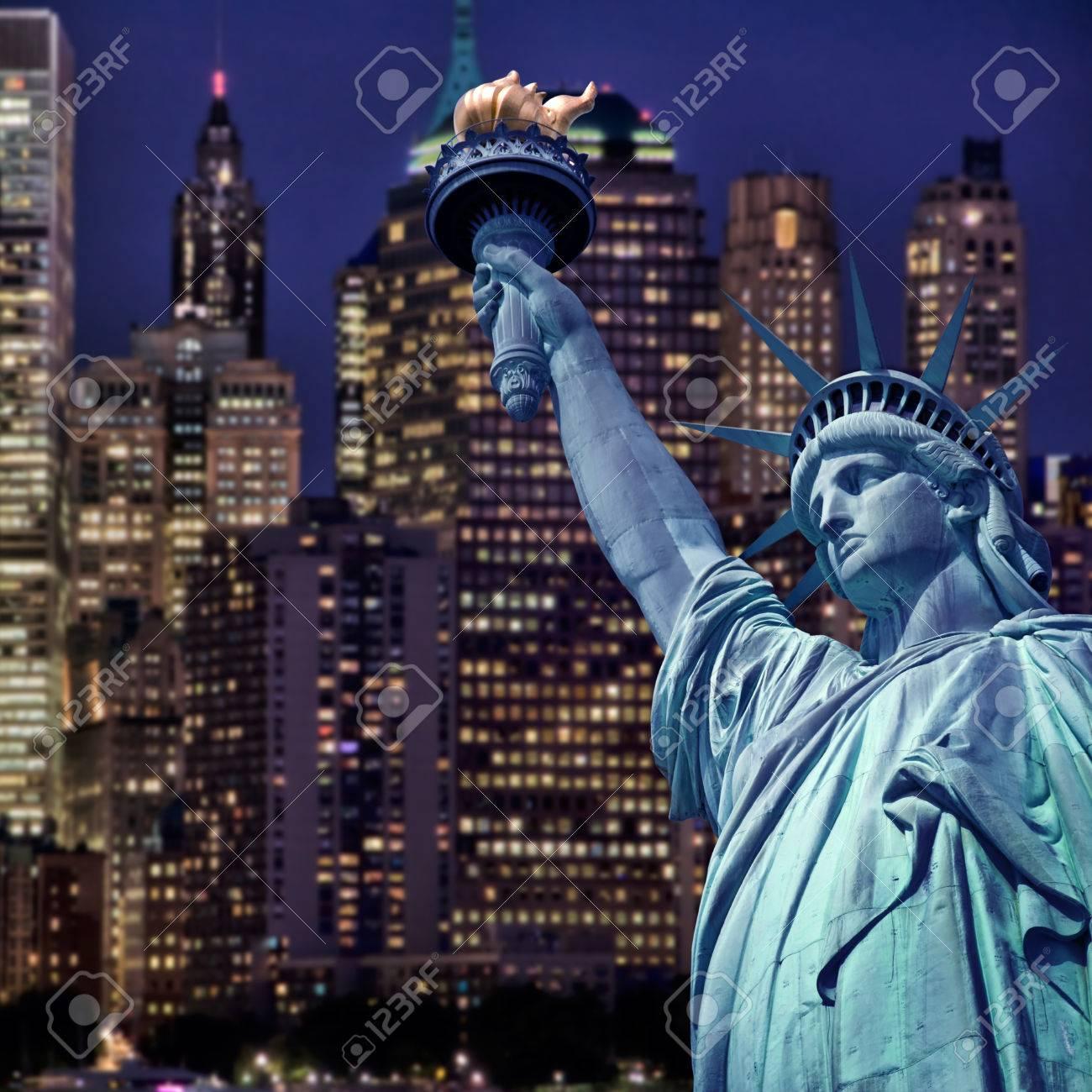 Immagini Stock Statua Della Liberta Di Notte New York Skyline Di Sfondo Image 33597255