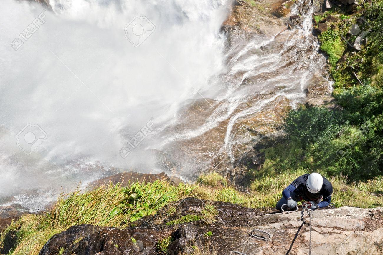 Klettersteig Oetztal : Man klettern auf einem klettersteig in der nähe eines wasserfalls