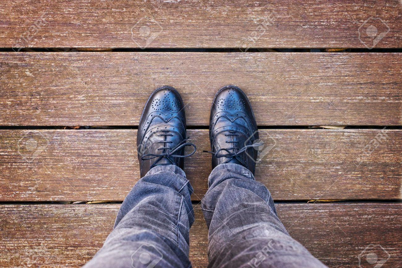写真素材 , 足とダービーの黒い靴の上から見たように、ヴィンテージのプロセスと脚の Selfie