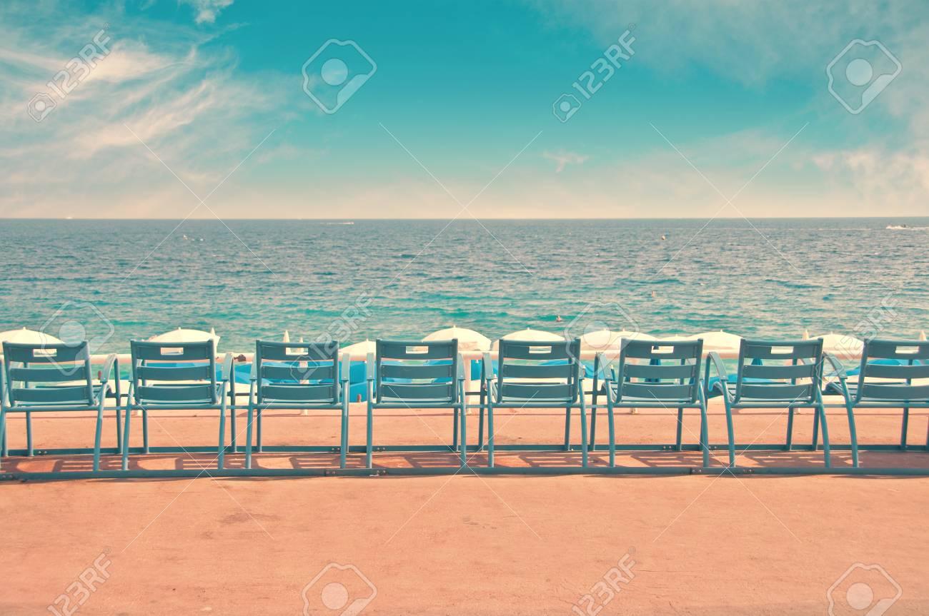 Sedie Blu Nizza : Immagini stock linea di sedie blu sulla passeggiata inglese
