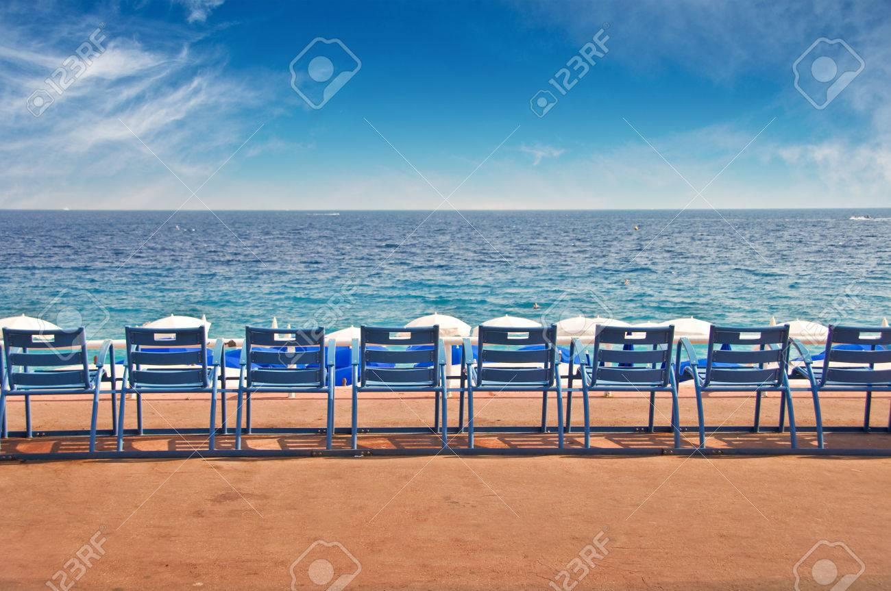 Sedie Blu Nizza : Linea di sedie vuote sulla promenade inglese nella città di nizza