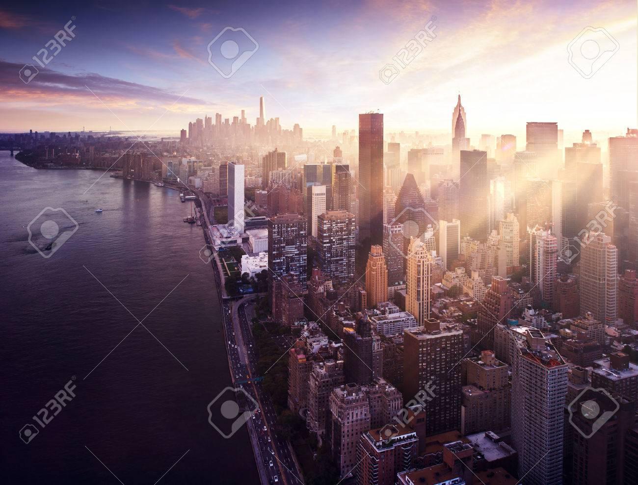 ニューヨーク市のマンハッタン夕日の美しいカラフルなフィットの建物の間の太陽