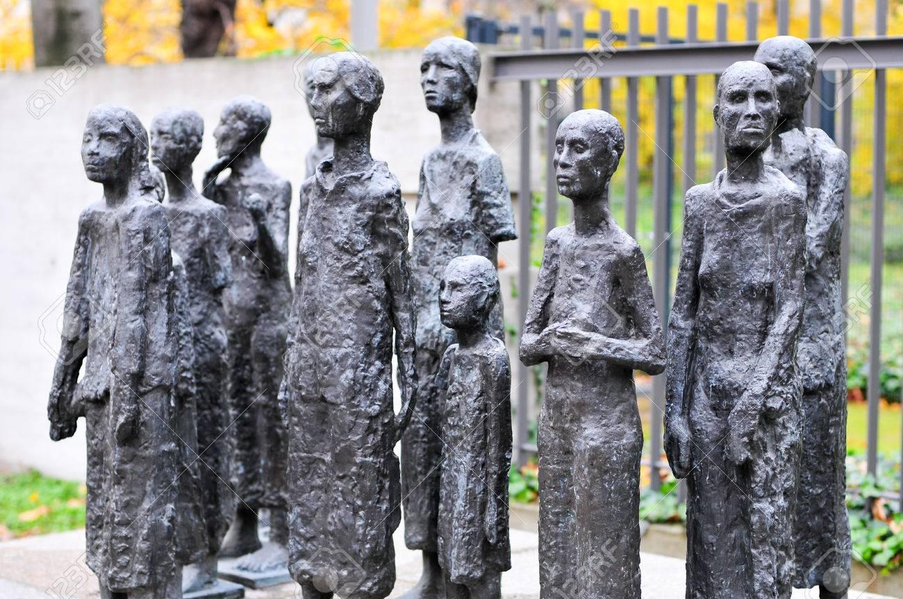 Cementerio Judío En Grosse Hamburger Strasse En Berlín, Alemania. Fotos,  Retratos, Imágenes Y Fotografía De Archivo Libres De Derecho. Image  42966795.