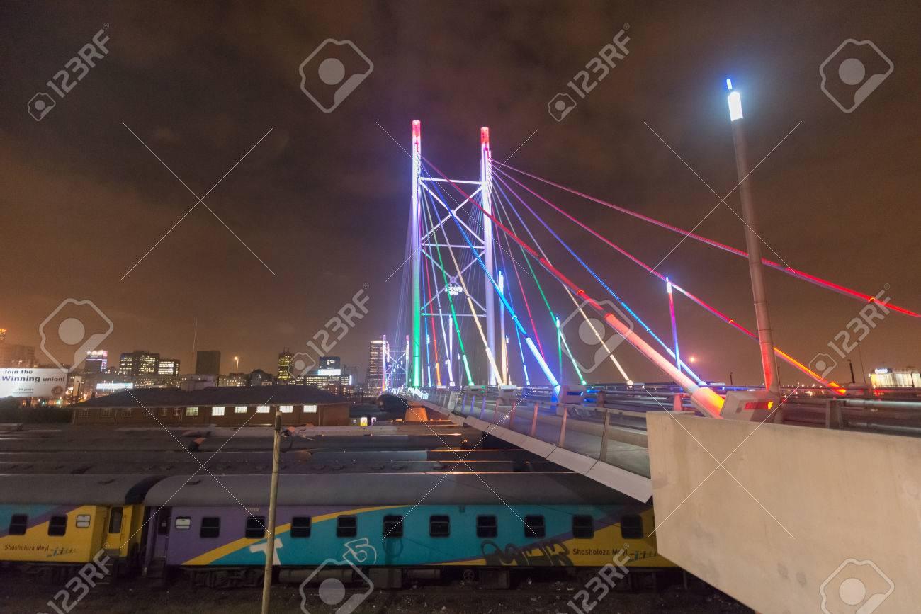 ネルソン ・ マンデラ橋の夜。28...