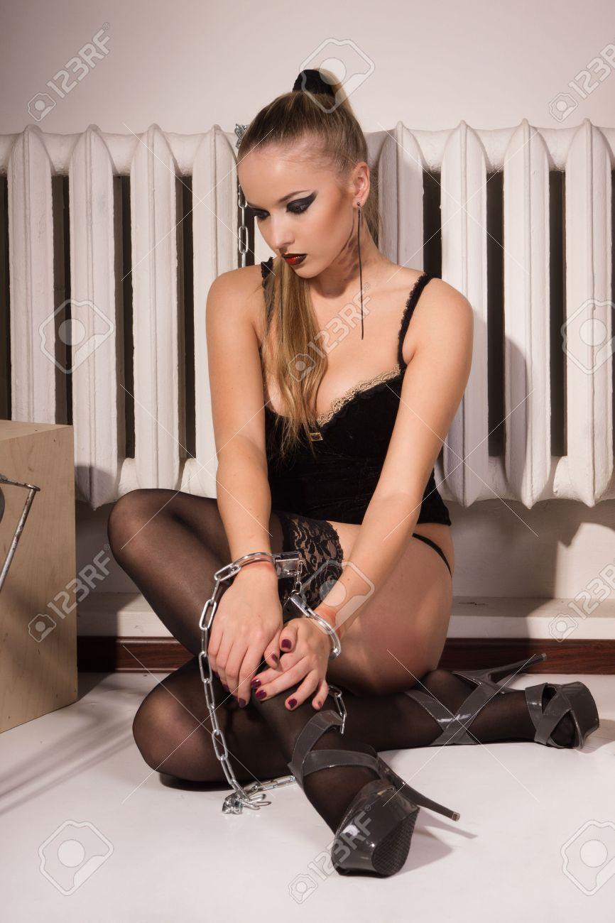 Фото девушки прикованной к кровати наручниками 22 фотография