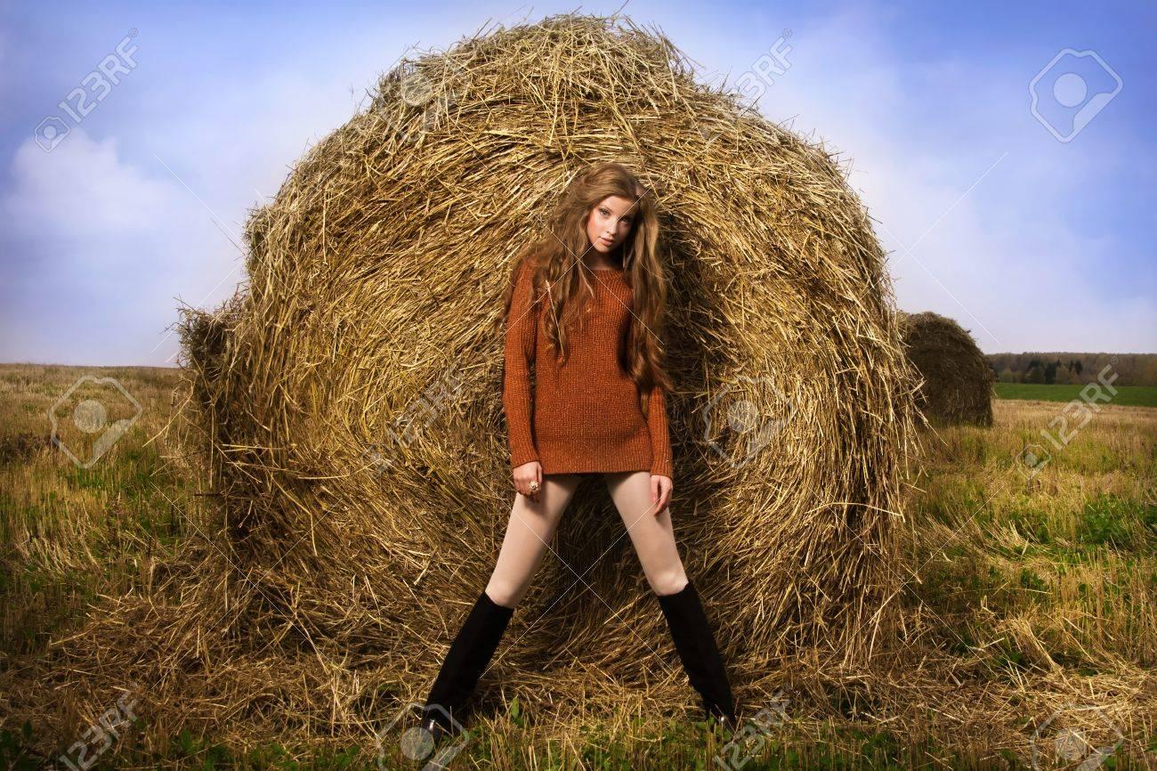 Фото девочки возле сена 5 фотография