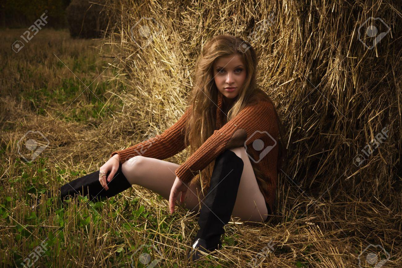 Сексуальная девушка на соломе