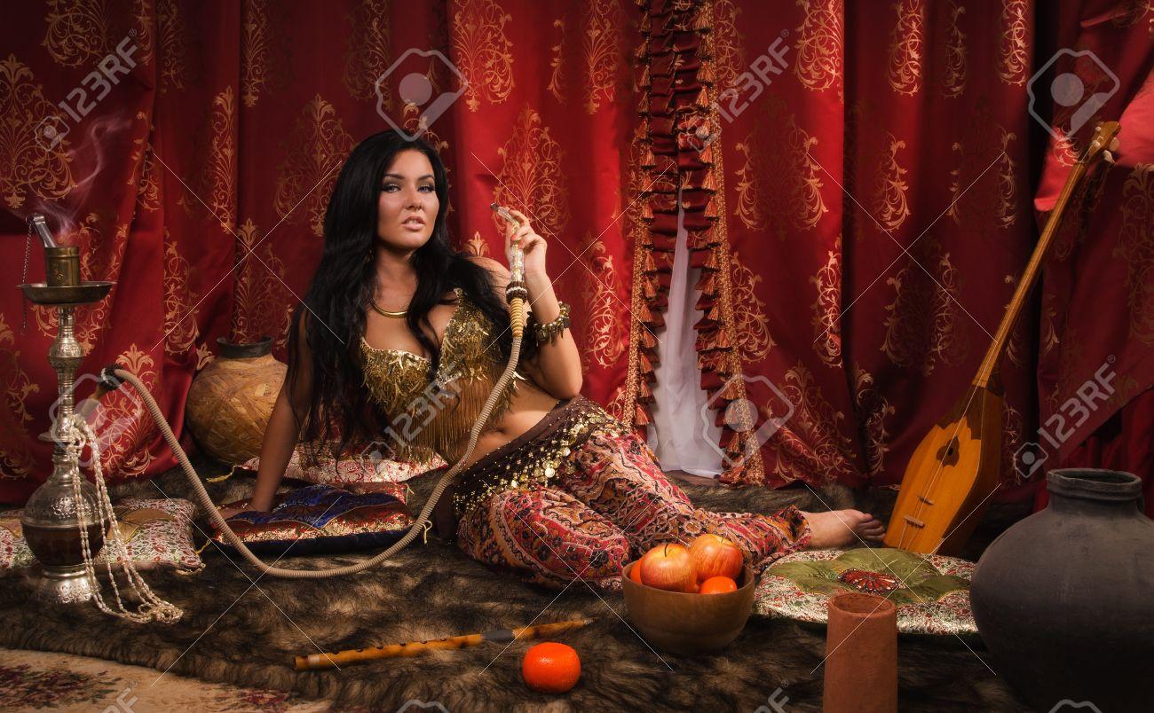 Belle Femme Arabe Avec Le Narguilé Dans Un Harem Banque D'Images ...