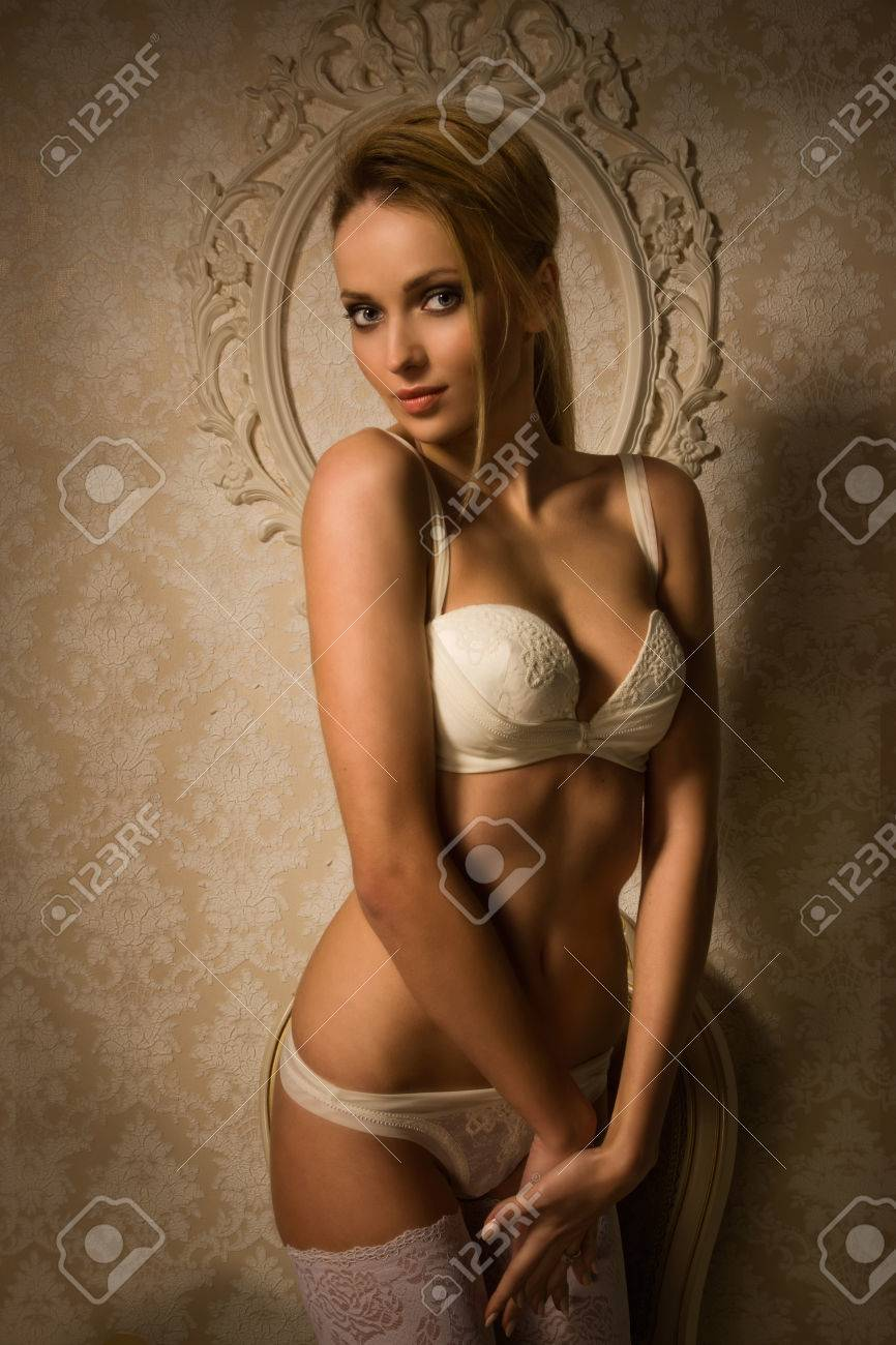 589d32e08b91 Hermosa Mujer Rubia En Una Lencería De Lujo Fotos, Retratos ...