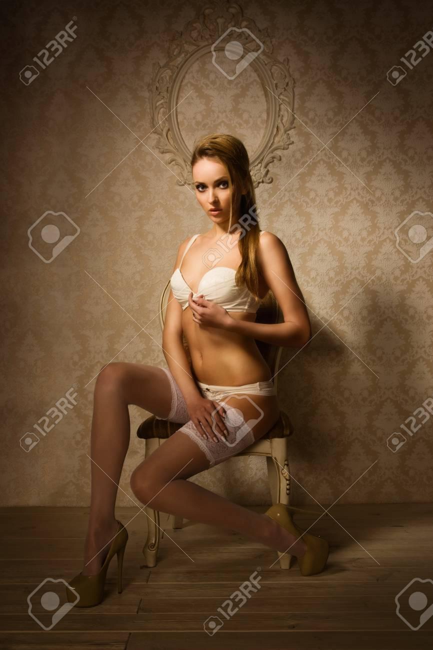 mirada detallada 3bfb1 8803f Hermosa mujer rubia en una lencería de lujo