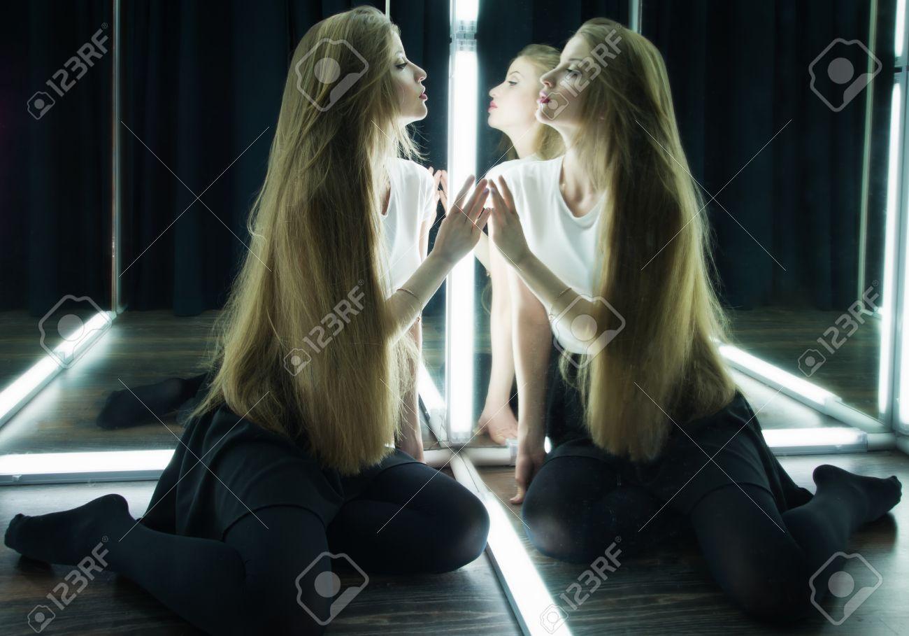 Schöne Sexy Mädchen Und Ihr Spiegelbild Im Spiegel Tabelle