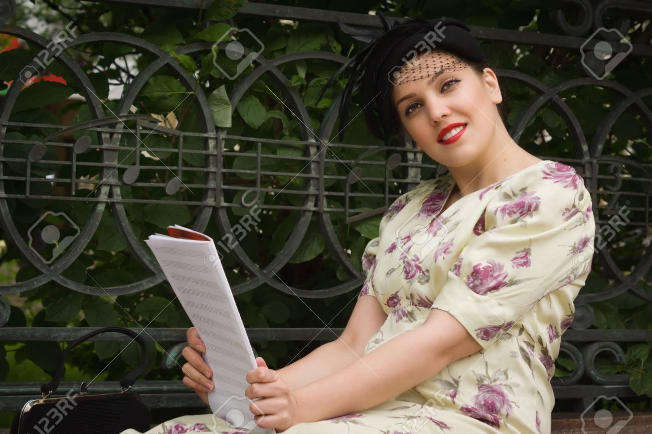 0042288a0c4e Muy hermosa chica soviética en estilo retro con un libro de música.