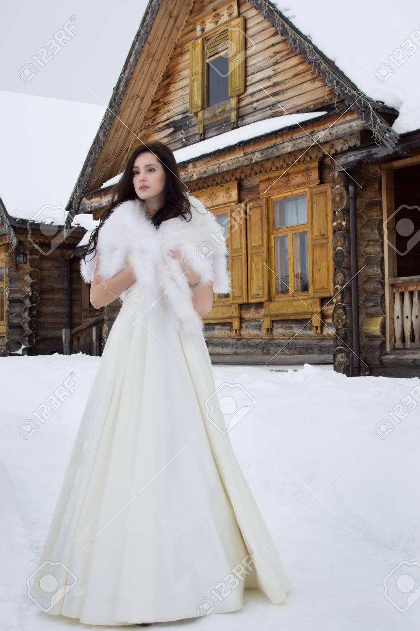 Acheter Authentic plusieurs couleurs chaussures de tempérament Mariage russe. La mariée dans une cape de fourrure dans le village enneigé  d'hiver