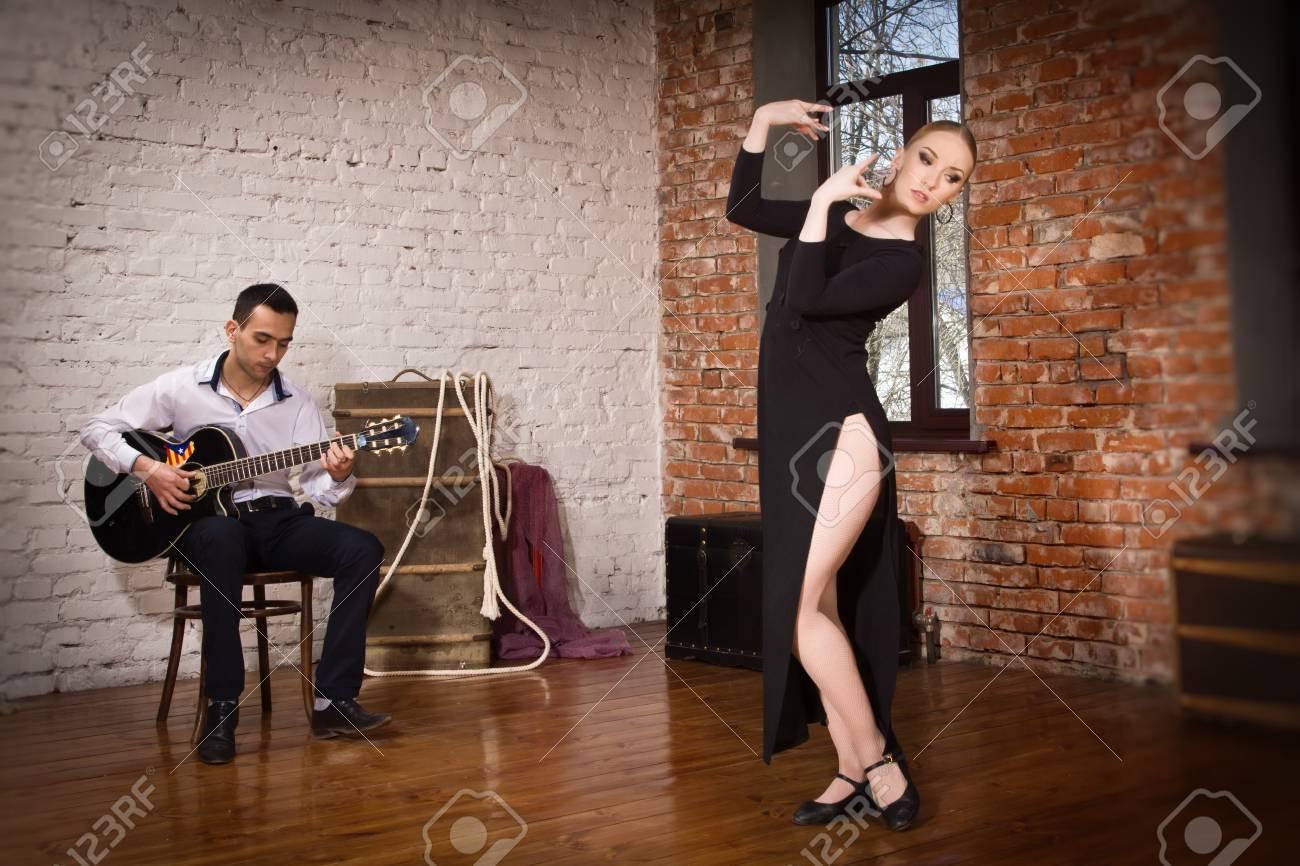 7fd8d85693 Flamenco del baile de la mujer en traje de flamenca tradicional y un hombre  que toca