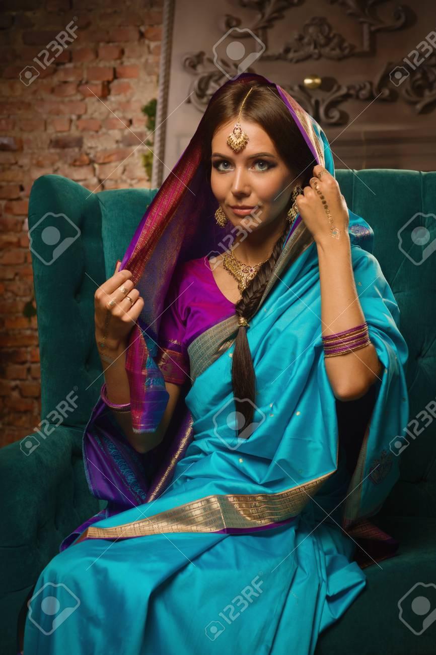 Schöne Junge Frau In Der Traditionellen Indischen Kleidung Mit Make ...
