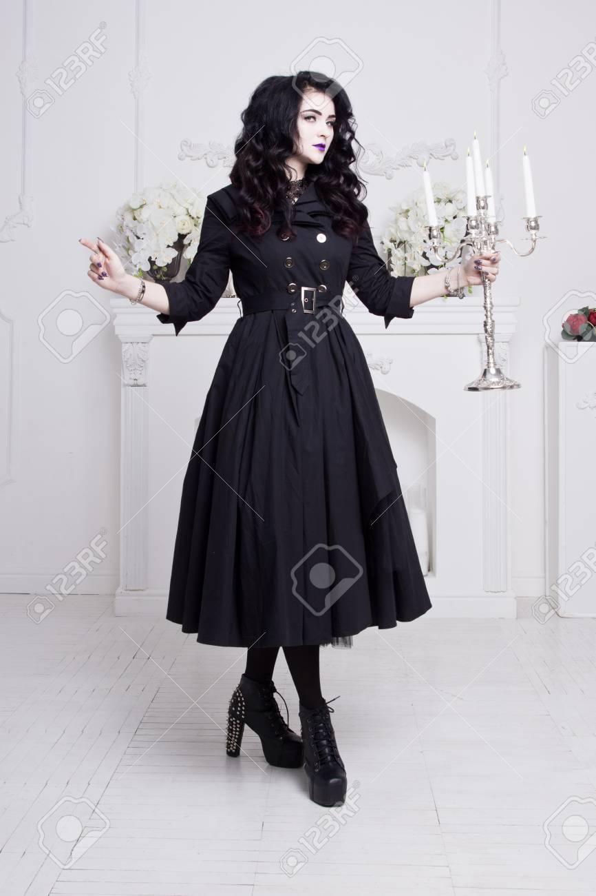 Mujer Gótica Sensual En Un Vestido Negro Largo Magnífico En El Interior Blanco