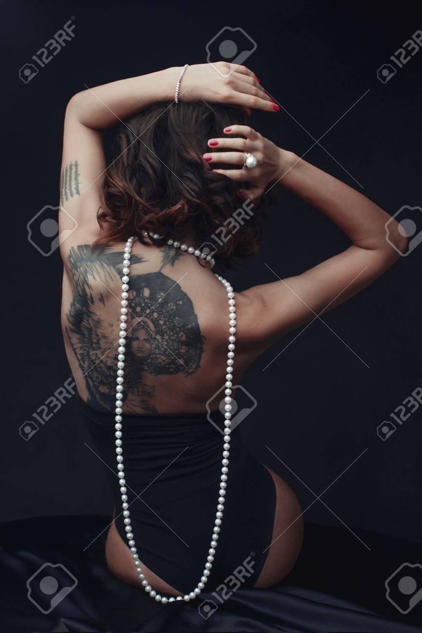 femme nue avec collier