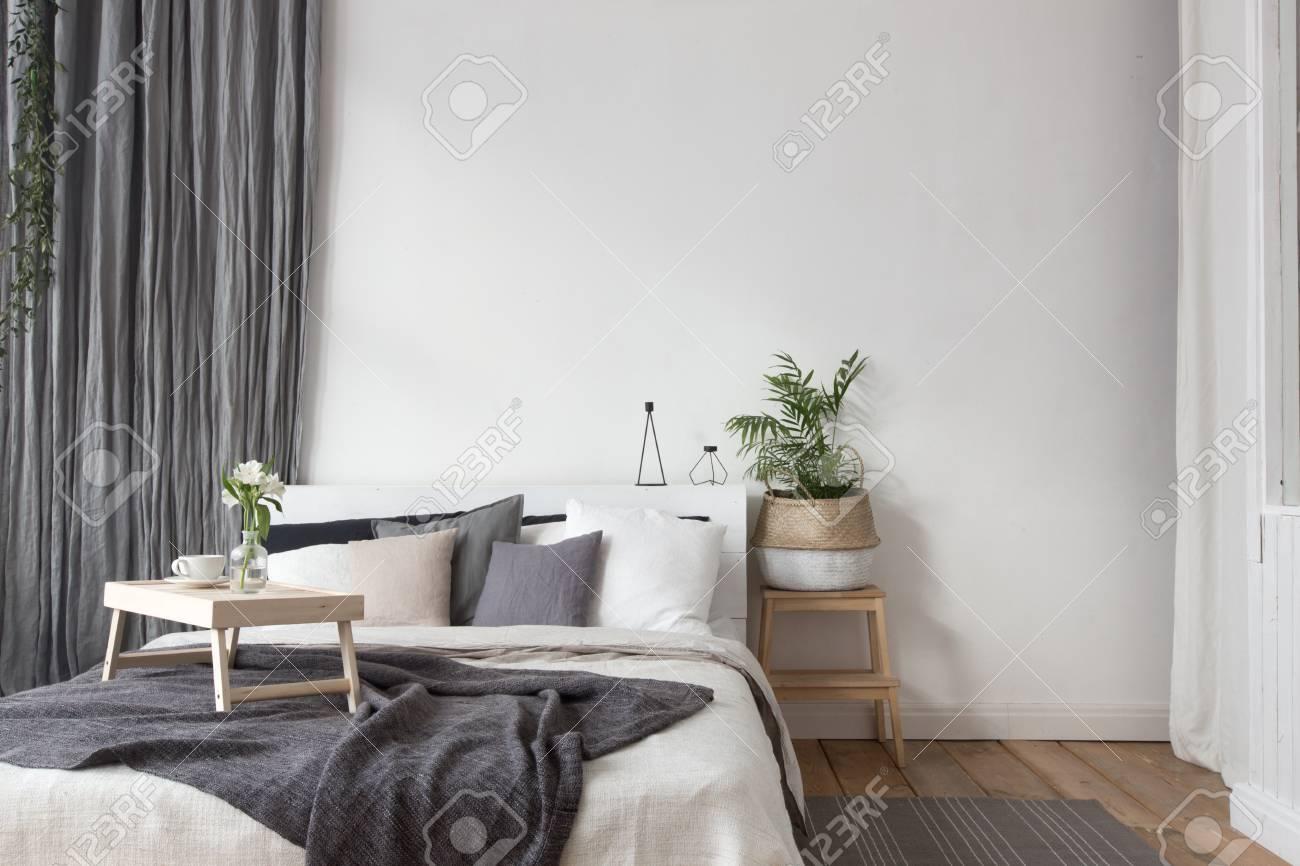 Intérieur de chambre blanche et grise