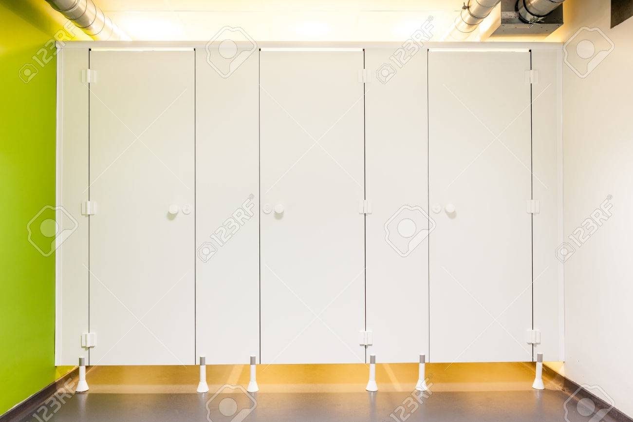 Mens restroom in an public building whit white doors - 33284432